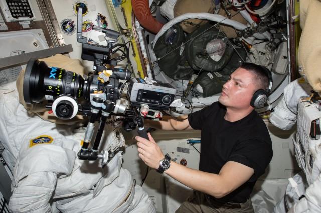 O astronauta Kjell Lindgren com a câmera na Estação Espacial. Foto: NASA.
